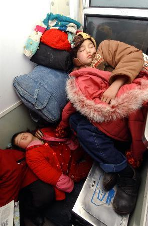图文:记者跟车目击记-两个孩子在车厢接合部熟睡