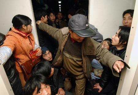 图文:乘客在拥挤的人群中穿行