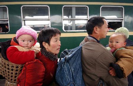 图文:记者跟车目击记-夫妻带着孩子准备上车
