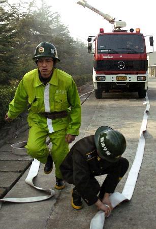 组图:南京举行化工厂泄漏事故防控应急演练