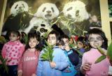 图文:台北市立动物园内小朋友画黑眼圈扮熊猫
