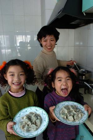 图文:孤残儿童端着刚出锅的饺子