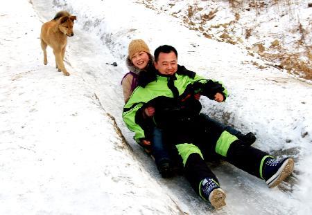 图文:农民自制的滑雪道上滑雪