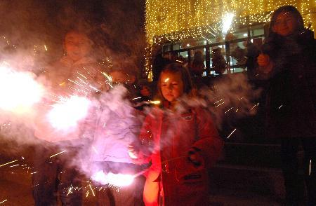 图文:外国小朋友在社区内燃放烟花