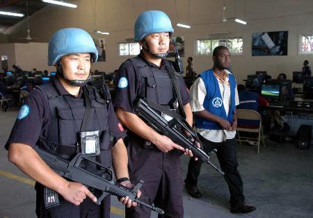 中国维和警察保卫海地大选计票中心(组图)