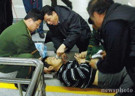 组图:福州机场救助患病台湾同胞