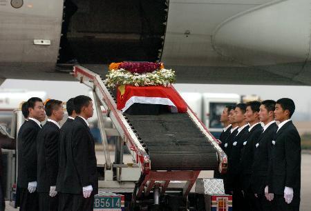 图文:遇难中国工程技术人员灵柩运抵合肥