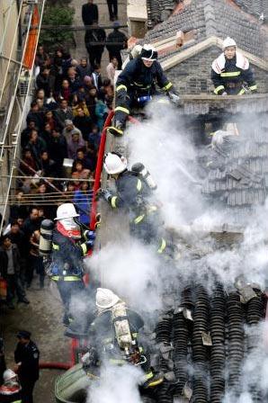 图文:上海天潼路民居失火一名男孩被烧死