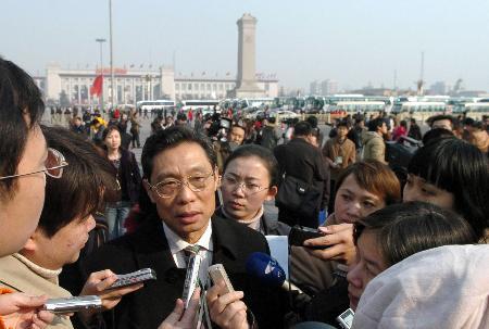 图文:钟南山委员步入会场前接受记者采访