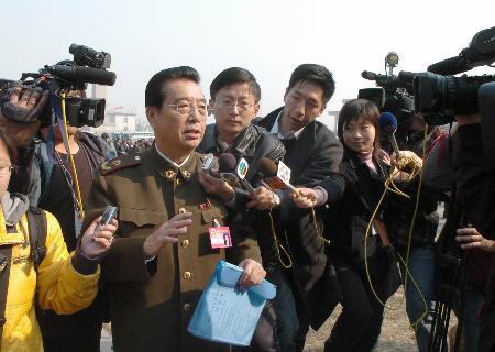 图文:李双江委员步入会场前接受采访