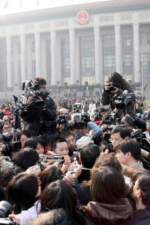 图文:出席会议的委员被记者层层包围