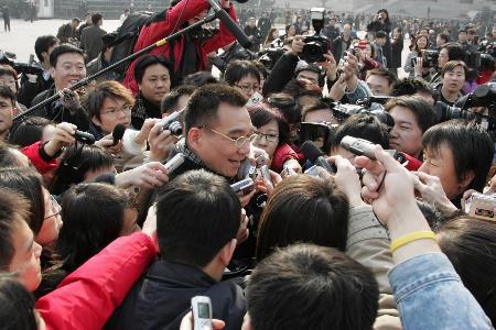 图文:林毅夫委员在会前接受采访