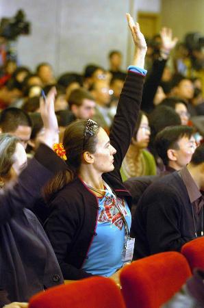图文:记者在新闻新闻发布会上举手提问