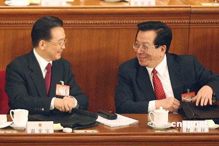 图文:温家宝与曾庆红在人大开幕式上交谈