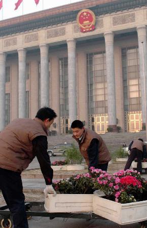 图文:工作人员在天安门广场摆放鲜花