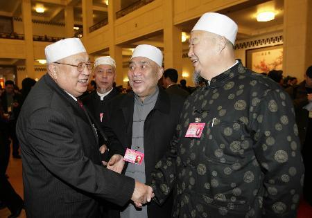 图文:黑龙江全国人大代表刘世英等在开幕前交谈