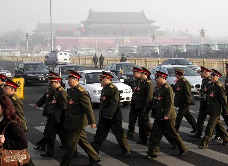 图文:解放军代表步入人民大会堂