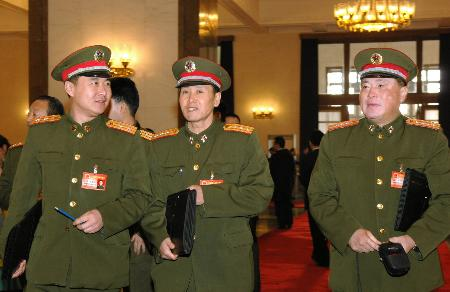图文:解放军代表进入会场