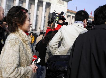 图文:北京电视台主持人元元在现场采访