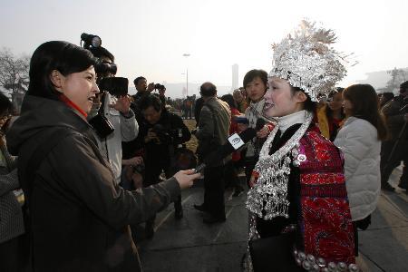 图文:少数民族代表在大会开幕前接受记者采访