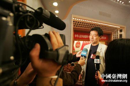 图文:人大代表濮存昕在会后被记者围追