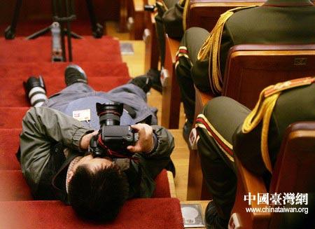 图文:摄影记者躺在地上寻求拍摄角度