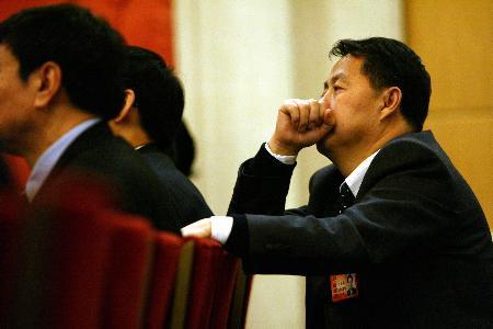 图文:山东代表团在大会堂审议政府工作报告
