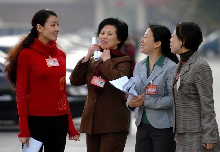 图文:女代表们就女性犯罪问题进行交流