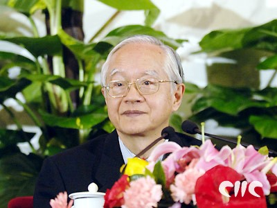 组图:政协委员吴敬琏在新闻发布会上答记者问