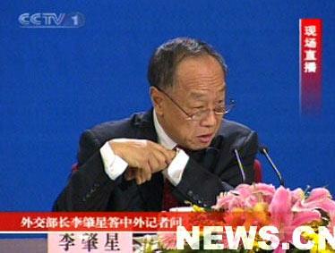 组图:外交部长李肇星回答中外记者提问
