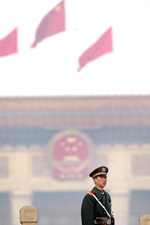 图文:站岗的武警战士