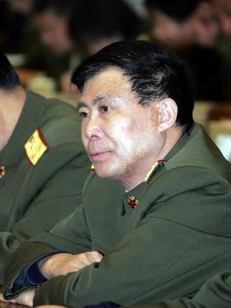 图文:北京军区装备部部长冯兆举代表发言