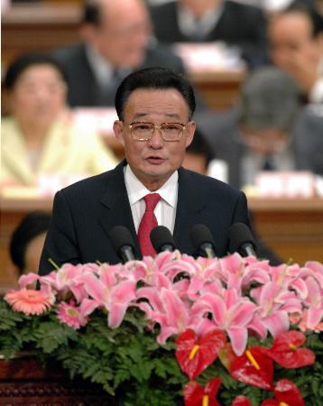 图文:吴邦国委员长向十届人大代表作工作报告
