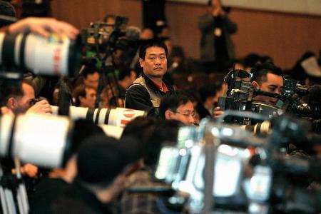 图文:记者采访十届全国人大四次会议二次全会