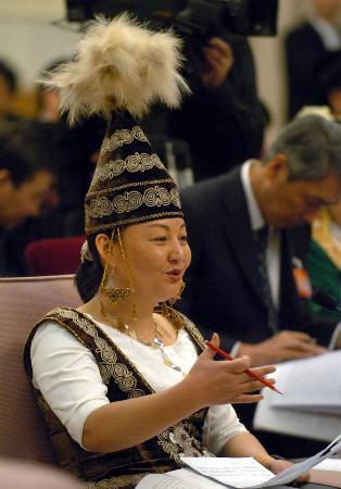 图文:新疆代表建议九年制义务教育双语教学