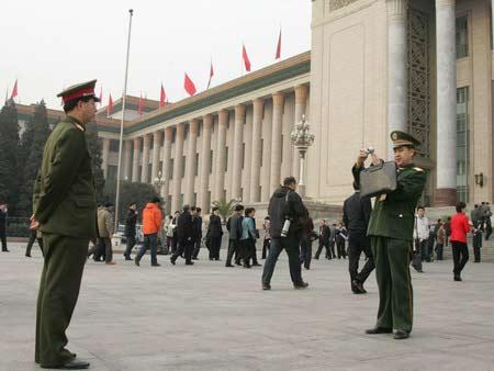图文:解放军人大代表在广场前留影