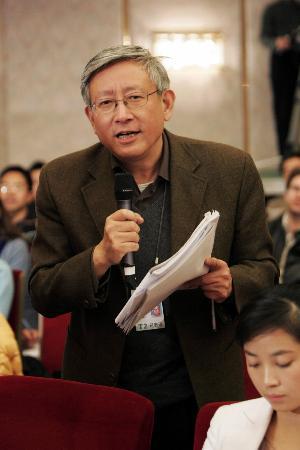 图文:凤凰卫视曹景行在人大记者会上提问