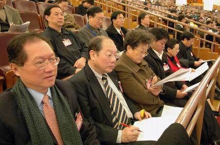 图文:列席大会的全国政协委员认真听取报告