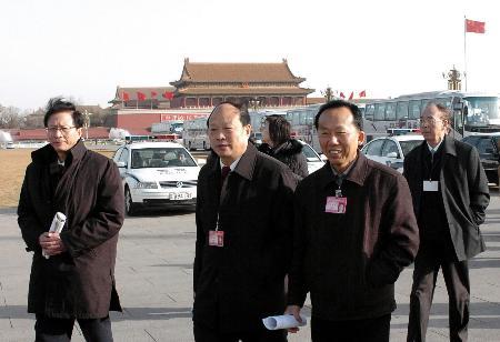 图文:委员们走向人民大会堂参加政协闭幕式