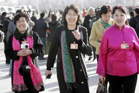 图文:女代表们走向人民大会堂