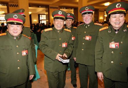 图文:解放军代表在闭幕会前交谈