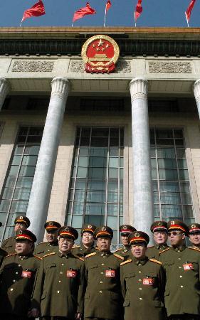 图文:解放军代表在人民大会堂前合影