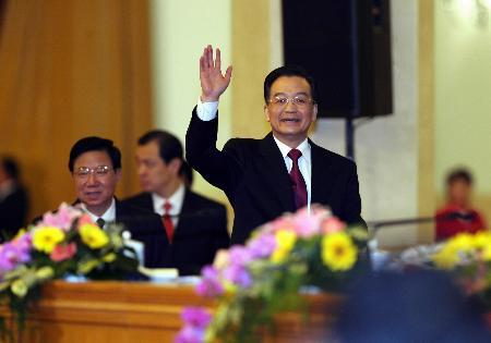 图文:温家宝总理与中外记者打招呼