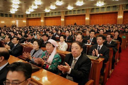 图文:代表们鼓掌通过决议