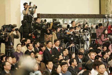 图文:摄影记者在招待会现场采访