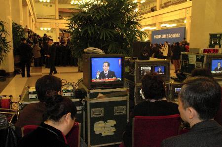 图文:记者在现场直播温家宝记者招待会