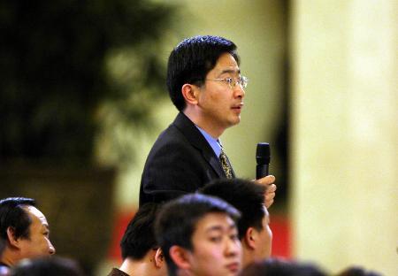 图文:新华社记者向温家宝总理提问