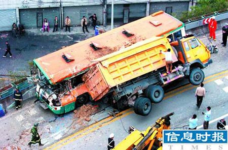 广州公交车与运泥车相撞6人死亡20人受伤(组图)