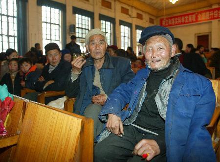 图文:群众在重庆开县的一个安置点休息