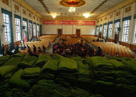 图文:政府为疏散群众在安置点准备大量棉被